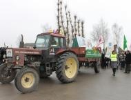 kedainiai_162.jpg - Sovietinės gamybos traktorius su Baltijos šalių simbolika ir ūkininkų reikalavimais išlydimas į Briuselį.